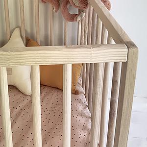Lit bébé KERA en frêne avec top Round-pieds Bevel