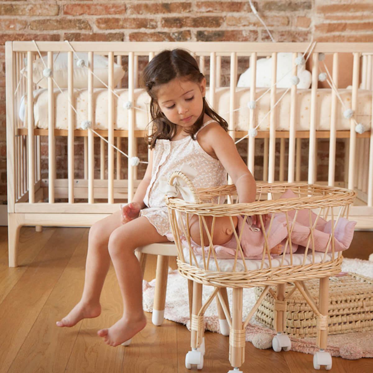 Lit bébé KERA en frêne avec top Round-pieds Curve