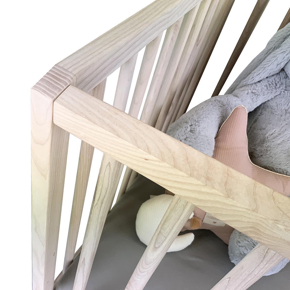 Lit bébé KERA en frêne avec top Straight-pieds Bevel