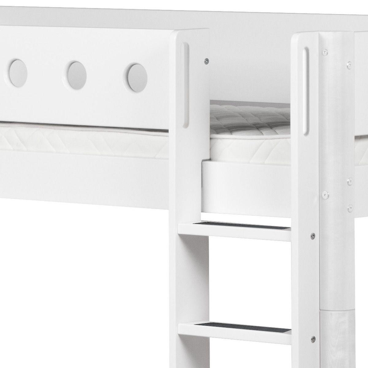 WHITE by Flexa Lit Classic mi-hauteur en MDF 90x200 cm avec échelle droite, toboggan, barrière de sécurité blanche et pieds blancs