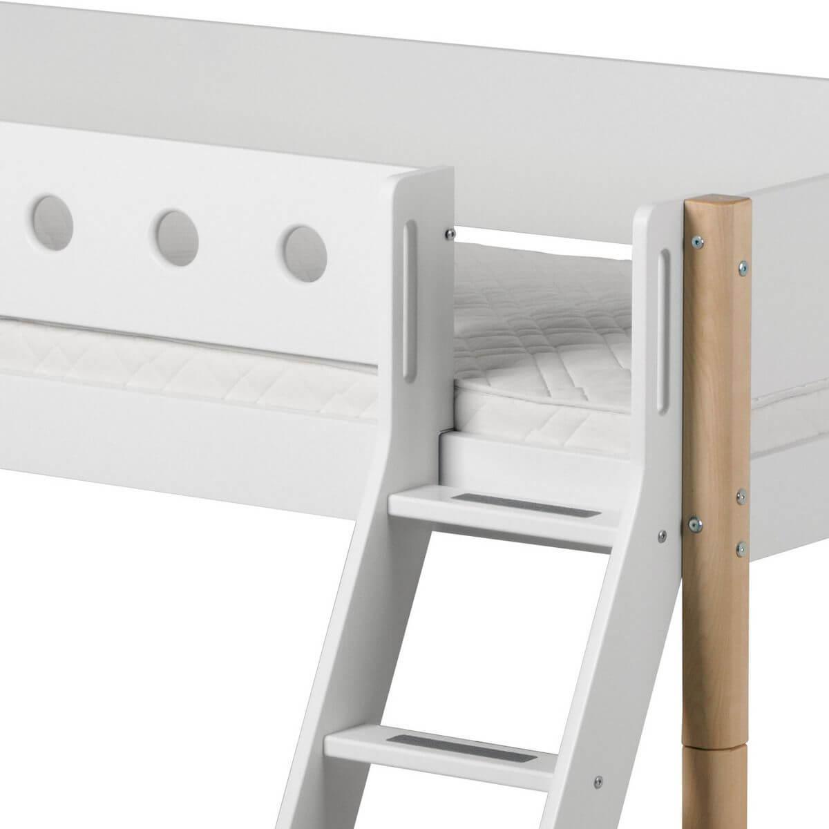 WHITE by Flexa Lit mi-hauteur en MDF 90x190 cm avec échelle incinée,  barrière de sécurité blanche et pieds en bouleau naturel