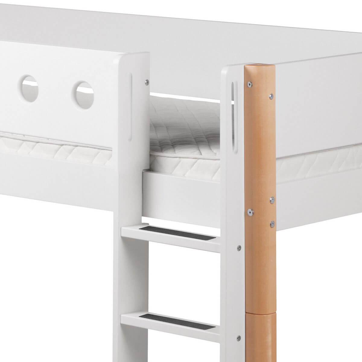 WHITE by Flexa Lit mi-hauteur en MDF 90x200 cm avec barrière de sécurité blanche et pieds en bouleau naturel