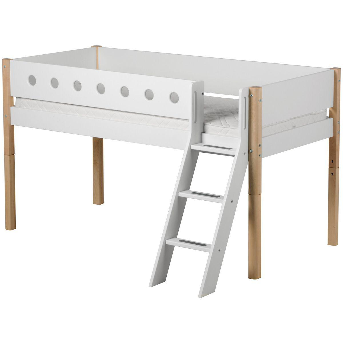 WHITE by Flexa Lit mi-hauteur en MDF 90x200 cm avec échelle inclinée, barrière de sécurité blanche et pieds en bouleau naturel